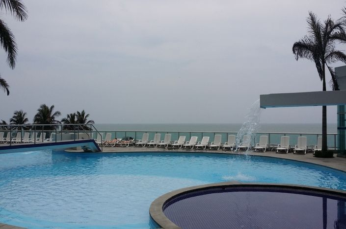 Edificio ubicado en el sector de Bocagrande en Cartagena de Indias. Frente a la playa, tiene piscina, gimnasio y esta  muy cerca del Centro histórico, lugar ideal para turistas.