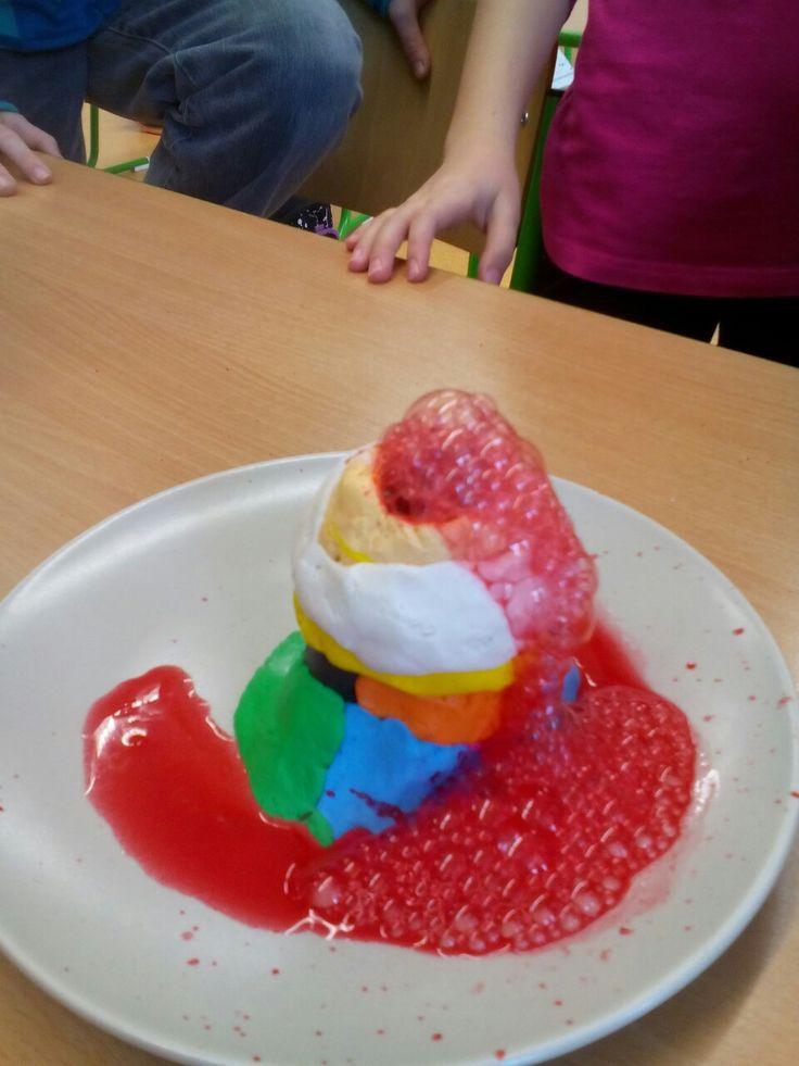 Badatelský koutek - výbuch sopky (jedlá soda + ocet + barvivo)