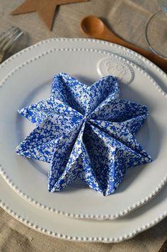 Snowflake napkin fold. Pliage de serviette en flocon de neige pour Noël {en vidéo} -Tangerine Zest