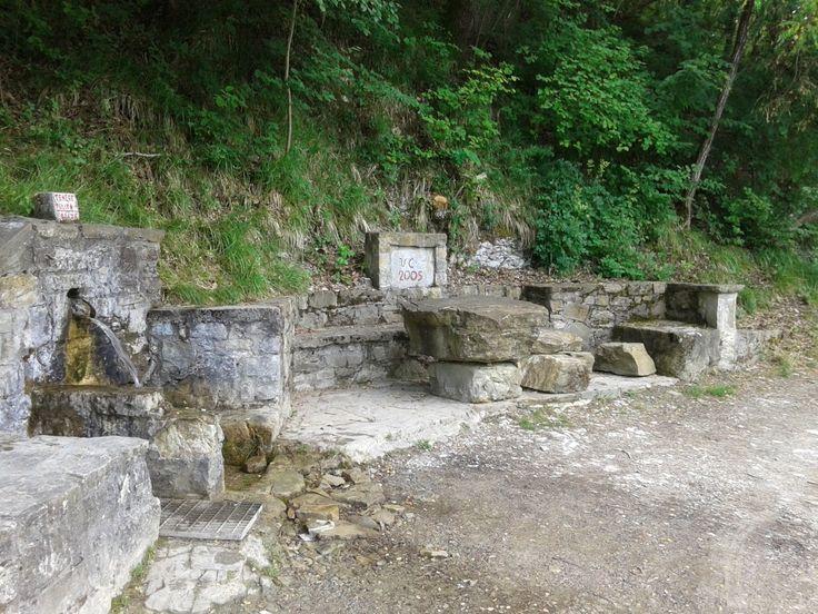 Suggestivo spazio in pietra presso la fontana di Vallerenzo di Pecorara (PC).