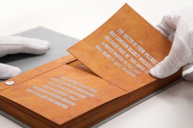 A criação é uma espécie de manual com dicas e informações sobre saneamento, mas que possui uma função a mais: ele é capaz de purificar a água.
