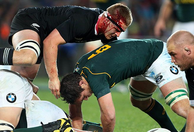 Sam Cane of New Zealand (top) and Francois Louw of South Africa (C) compete for the ball during the Rugby Championship Test rugby union match between the New Zealand All Blacks and South Africa Springboks at Eden Park