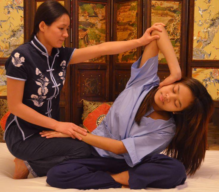 El masaje tailandés reúne las técnicas de 3 disciplinas de tratamiento tradicional:      - Amasamiento de los músculos.    - Manipulación del esqueleto.    - Digitopuntura, presión sobre ciertos puntos de acupuntura o líneas energéticas.    El objetivo del masaje tailandés es armonizar, favorecer un óptimo fluir y estimular toda la energía del cuerpo del paciente, así como equilibrar las funciones fundamentales del cuerpo.