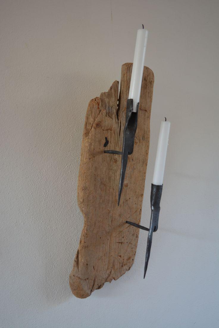 Ouderwets licht bij je werk.  Met een aangespoeld stuk hout en originele hand gesmede kaarsen standaard. In Texel op de boerderij werden deze standaards gebruikt om ergens bij te lichten.