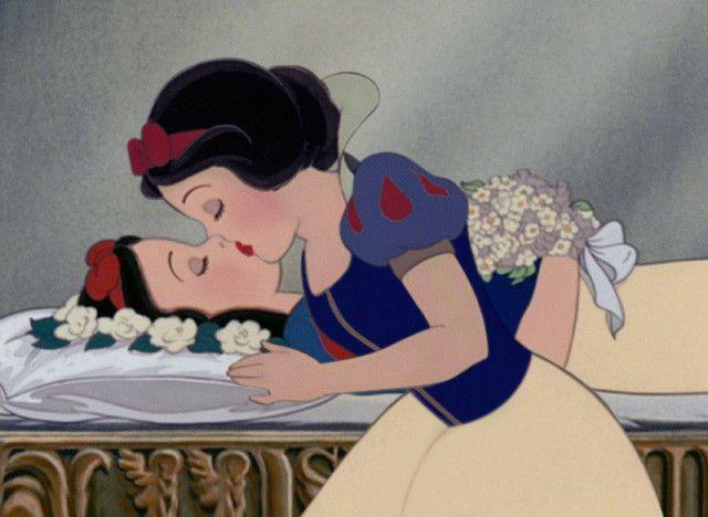 PHOTOS. Les princesses Disney se sauvent elles-mêmes (par l'artiste Saint Hoax)