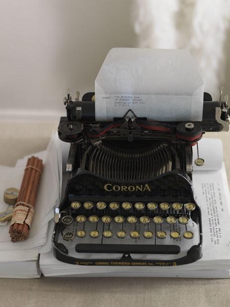 Corona Typewriter Company, New York, USA.El diseño de la Corona se inició en 1902 por Franz S. Rose de Nueva York y patentado en 1904. Después de su muerte en 1905, su obra fue completada por su hijo George, en Rose Typebar Co., comercializa la máquina en 1908 como Standard Folding Typebar Visible typewriter.Benn Conger y Brown compró los derechos de fabricación y formaron Standard Typewriter Company in Groton. Produjeron su primera máquina en 1909.