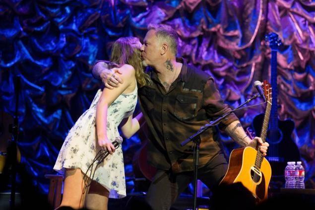 El vocalista de Metallica James Hetfield y su hija Cali interpretaron una canción de Adele ve el resultado de esta talentosa interpretación