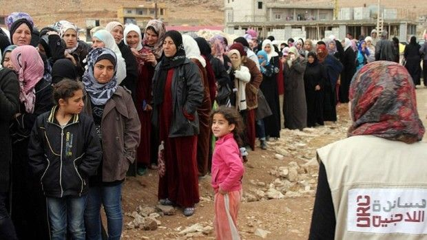 SYYRIALAISPAKOLAISET NAAPURIMAIDEN TALOUDELLISENA TAAKKANA Äärijärjestö Isis on kiihdyttänyt syyrialaisten pakenemista naapurimaihin - erityisesti Turkkiin. Kaiken kaikkiaan eniten Syyrian sodan pakolaisia on tällä hetkellä Libanonissa, arviolta noin 1,2 miljoonaa. Mitä tämä tarkoittaa taloudellisesta näkökulmasta katsottuna Libanonille tai muille naapurimaille? Ovatko pakolaiset pelkkä taloudellinen rasite? Haastattelussa SPR:n Kalle Löövi ja väliaikainen asiainhoitaja Liisa Maunula.