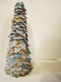 Decorazioni di Natale fai-da-te: l'albero con le mappe stradali riciclate