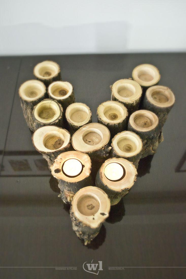 Świecznik wykonany z krajowego drewna liściastego. Do każdego świecznika, bez problemu, zmieścimy standardową świeczkę typu tealight. Zbudują one cudowny i ciepły nastrój w naszych pomieszczeniach. Najlepszy efekt oczywiście zobaczymy wieczorem :) Na życzenie mogę wysłać zdjęcia poszczególnych świeczników do wyboru. Metoda produkcji:Wykonane w 100% ręcznie Wykorzystane materiały:Lite drewno, olej naturalny Średnica: ok. 8-10cm Wysokość: ok. 14cm