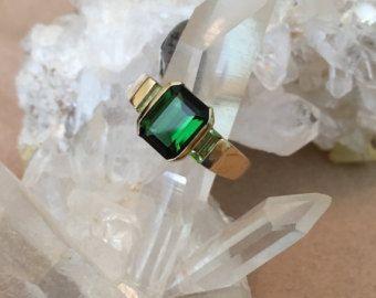 Artículos similares a Impresionante anillo de Turmalina verde de 18 k oro en Etsy