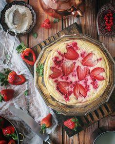 Диетический йогуртовый пирог с красной смородиной и клубникой