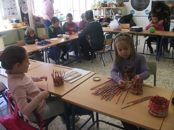 Los niño/as de 1º aprendiendo a tejer, coser y entramar con ayuda de las madres.