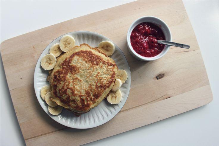 OPPSKRIFT PÅ BANANPANNEKAKER: Dette regner jeg som én porsjon. Det blir omtrent 3-4 pannekaker avhengig av hvor store du streker dem. Du kan doble ingrediensene hvis du ønsker mer eller skal servere til flere. Jeg steker ofte litt mer enn det jeg har lyst på, slikt jeg kan ha dem i kjøleskapet til dessert senere på dagen eller frokost dagen etter.Banana pancakes recipe.