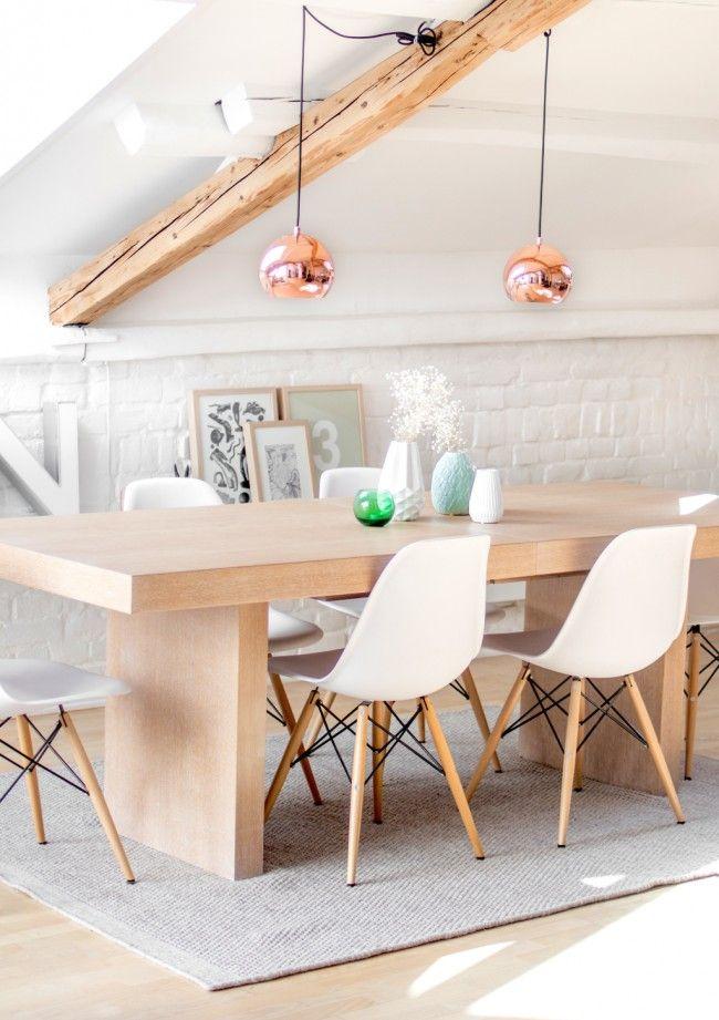 Белая краска на стенах, некрашеное грубое дерево, яркие аксессуары: мансардная столовая в скандинавском стиле