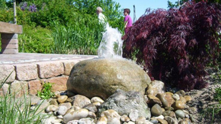 Ein Quellstein als Dekoration im heimischen Garten. Bildergalerie - Formaler Garten