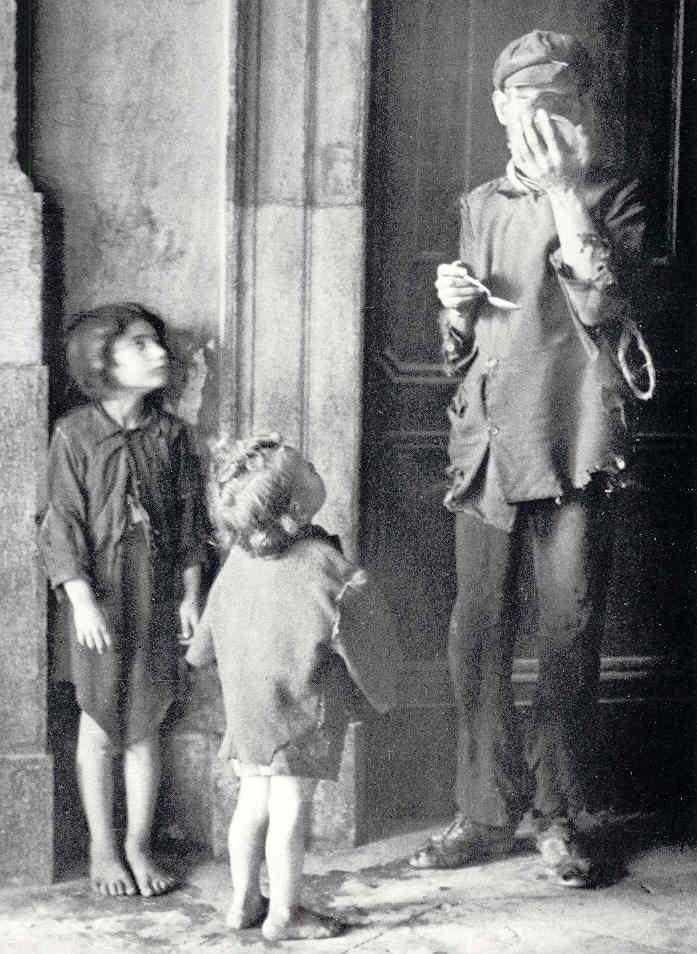 Frederico Patellani - Hunger in Palermo, Sicily, 1940's.    http://youtu.be/zF7k9rszcRA