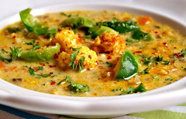 Tak trochu netradičně připravená květáková polévka. Růžičky květáku jsou totiž obalené v bylinkách a upečené v troubě! Jedná se o recept inspirovaný asijskou kuchyní.