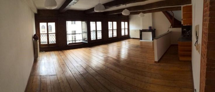 Loft te huur in Antwerpen - 3 slaapkamers - 200m² - 1 025 € - Logic-immo.be - Ruime living met open keuken 65m² planken vloer Badkamer: 15m², douche, ligbad, lavabo Slaapkamer: 15m², planken vloer Slaapkamer: 15m², planken vloer, open Bureau ruimte: 20m²Terras: 10m²Hal Onmiddel...