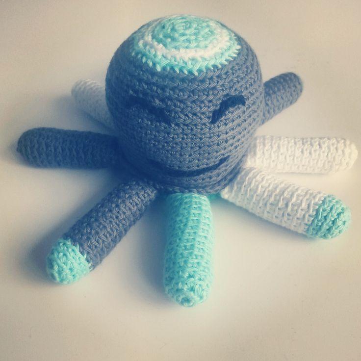 Kraamcadeautje, gehaakte octopus. De Tentakels zijn voor baby's heerlijk om aan te friemelen.