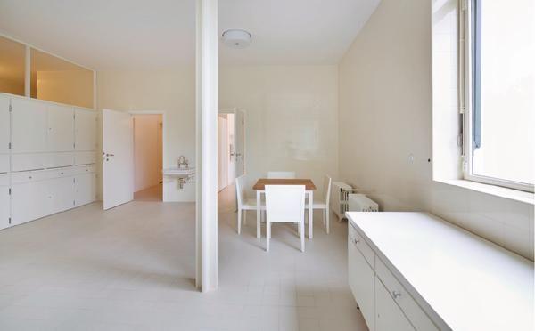 In keiner Abhandlung über die Architektur des 20. Jahrhunderts fehlt Mies van der Rohes Villa Tugendhat. Seit 2001 als Weltkulturerbe geschützt, ist der Bau nun mit einer Sorgfalt instand gesetzt worden, die der Mies'schen Detailverliebtheit in nichts nachsteht.