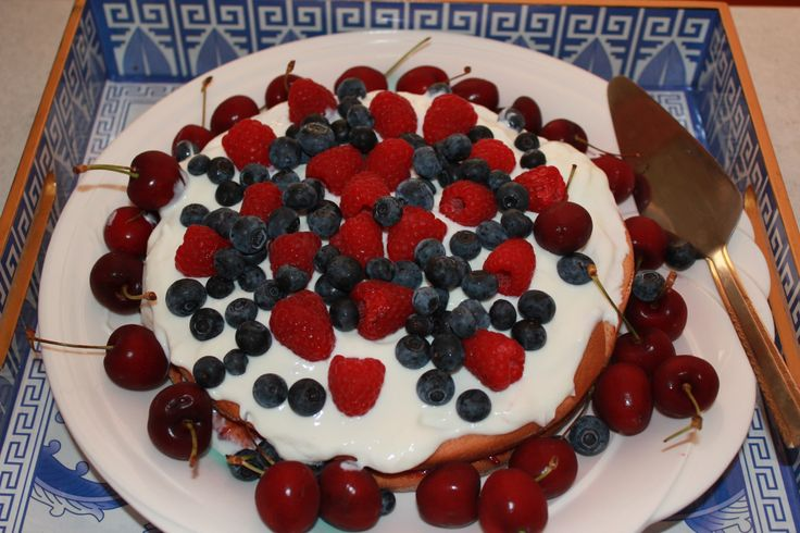 Happy Mother's Day cake, hmmm berry nice!