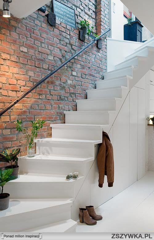 białe schody+cegła