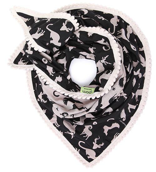 Dubbel geweven shawl met twee verschillende kanten; zwarte zijde en een donkere nude kleur. Het ontwerp van de shawl bestaat uit dieren uit het bos.