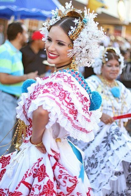 Sheldry saez, Miss Panama 2011 luciendo una pollera de gala #pollerapanameña en el #desfilemipolleras