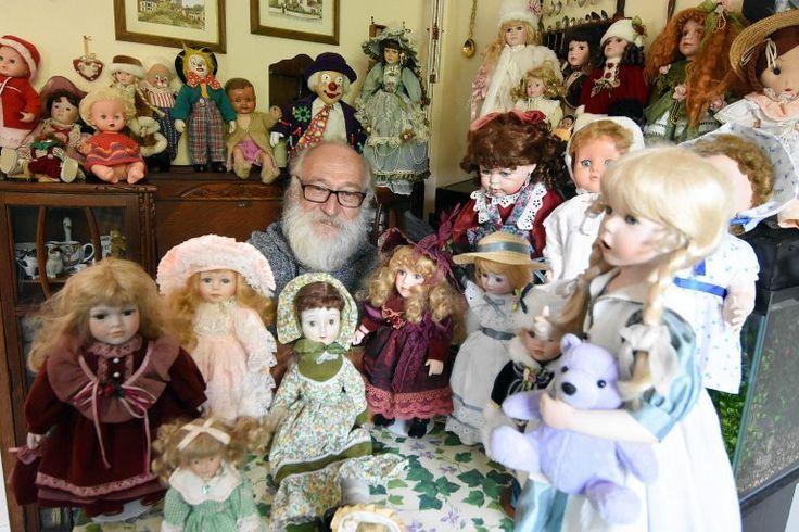 Homem assusta família com coleção de bonecas assombradas