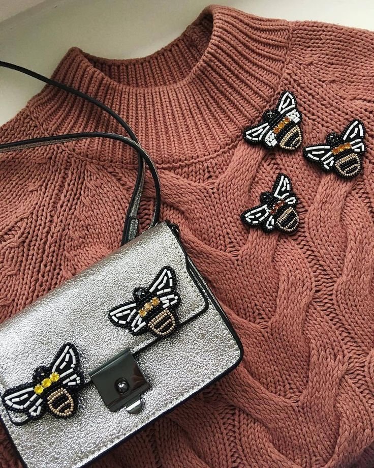 @Regranned from @anisimova_jewelry - Тема насекомых в этом сезоне особенно актуальна. Пчёлы добавят в ваш образ яркость и помогут сделать акцент на одежде/сумке. Так же можно оригинально украсить обувь,заказав парные брошки от @anisimova_jewelry Доставка по России✈️ Для заказа-директ #handmade #brooch #jewelry #fashionjewelry #fashion #jevelry #design #instahandmade #art #tomsk #broochdesign #томск #москва #питер #брошь #брошьназаказ #брошьпчела #творчествотомск #под...
