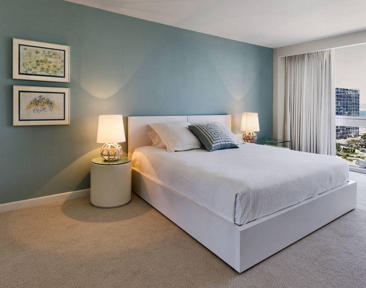 Recámara de invitados : Camera da letto moderna di Weber Arquitectos