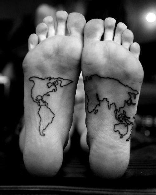 Pequeño tatuaje de un mapamundi en la planta de los pies.