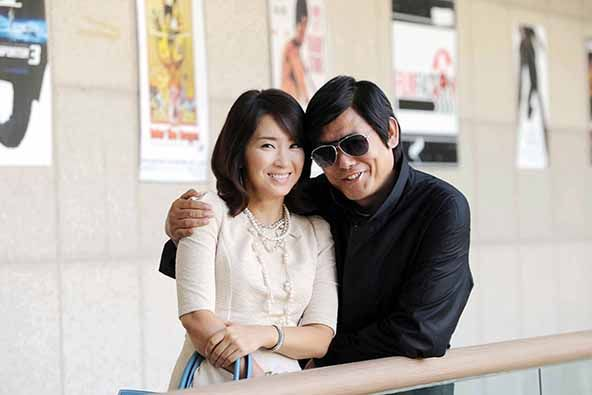 Yoon Yoo Sun and Sung Dong Il pose together on the set of the action school. Note that is a match and not a toothpick that Sung Dong Il's character always has in his mouth. The whole black trench coat and sunglasses ensemble was pretty much what his character wore throughout the show's run.