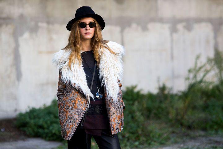 Street-Style #PFW mit Kunstpelz Jacke und lässigem Schlapphut II Foto © Hyped Vision
