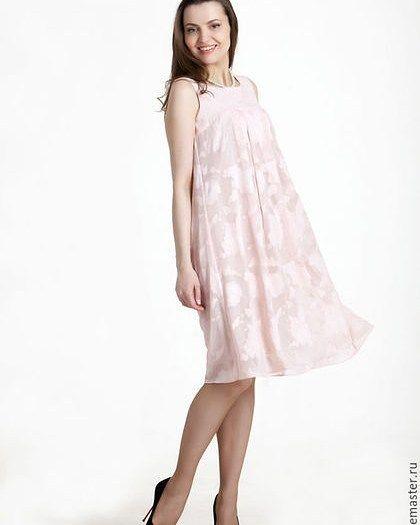 Женское лёгкое платье на лето. Платье свободного кроя. Лиф на кокетке. По кокетке мягкие складки. Можно носить под пояс или свободным. Платье на подкладке из хлопка. Сама ткань полупрозрачная легкая с небольшим жемчужным отливом и выбитыми розами снизу подкладка из легкого хлопка. Отличное платье для летнего отдыха. Для своих моделей использую только высококачественные ткани производства Италия. Цвет: абрикосовый или ментоловый с жемчужным отливом. Размеры от 40 до 54 рос Доставка по всему…