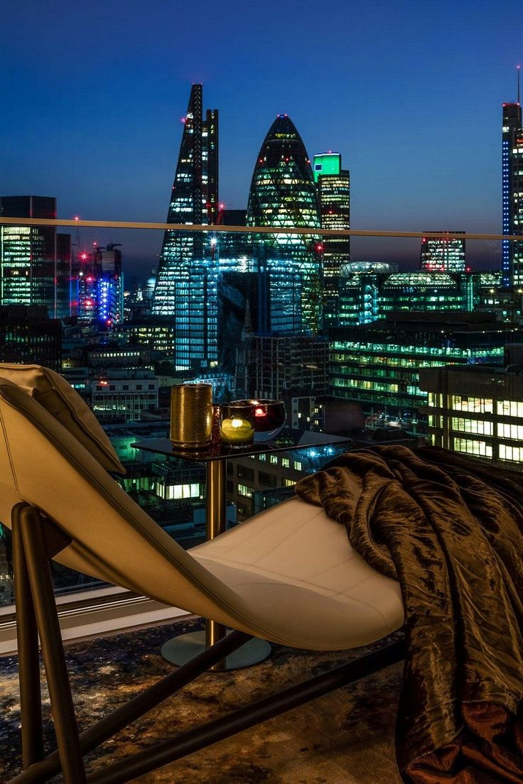 Sound and Vision - New Apartment with 360 Degree Views of London / Daniel Hopwood