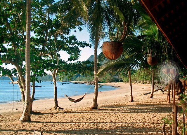 La isla Koh Jum te está esperando para el almuerzo en nuestra excursión a Koh Lanta, donde podrás explorar su playa y su selva! #majatours #tailandia #kohjum #kohlanta #islas #paseo #paseoenbarco #playa #selva #tailandiaenespañol