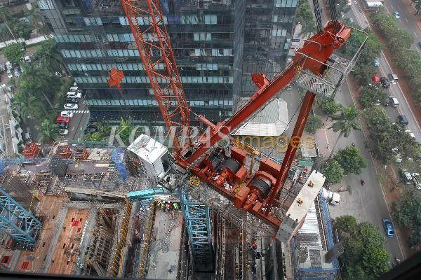 Pekerja menyelesaikan sebuah proyek perkantoran di Jalan Sudirman, Jakarta, Kamis (4/9/2014). Nilai pasar konstruksi tahun 2014 diproyeksi mencapai Rp 600 triliun dengan peran pemerintah mencapai Rp 226 triliun dan swasta mendapat porsi sebesar Rp 374 triliun.