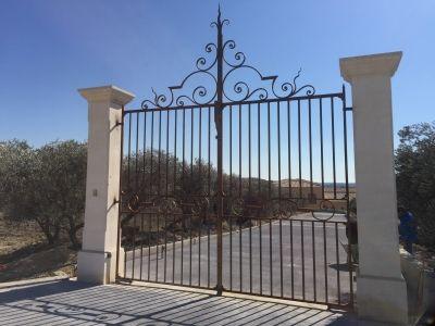 Hv Création, ferronnerie d'art sur la région d'Aix en Provence a fabriqué en 2013 ce beau portail en fer forgé à la demande d'un domaine viticole ( le Chateau de saint Hilaire - Cave viticole - de Co [...]