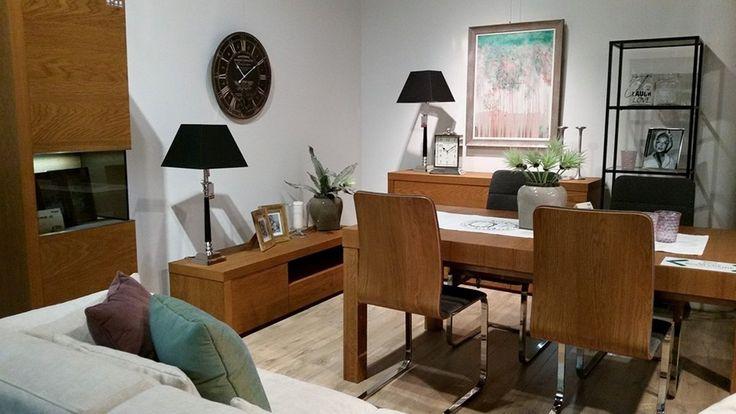 Stół do jadalni z kompletem krzeseł. Nowoczesne krzesła z drewnianym oparciem, tapicerowanym siedziskiem i metalowym stelażem. Klasyczny, prostokątny stół o masywnym blacie.