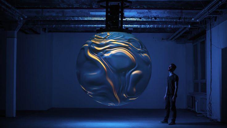 Una suggestiva installazione artistica che sente quando entri nella stanza e modifica suoni e colori in base alla tua presenza. Guarda il video