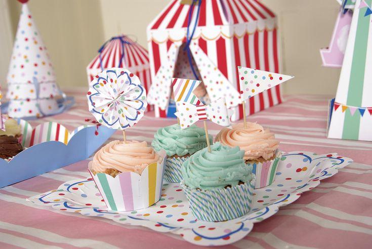Anniversaire sur le thème de la fête foraine sur fond de grandes roues, pommes d'amour et barbes à papa. Vaisselle et accessoires déco à retrouver sur www.rosecaramelle.fr #feteforaine #carnival #funfair #vaisselle #deco #fete #party #decoration #kids #enfants #cirque #circus #funpark #sweettable #birthday #anniversaire #candybar