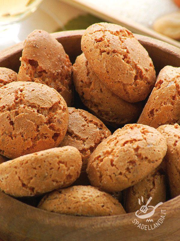 Modena amaretti - Gli Amaretti modenesi, genuini e fragranti, sono deliziosi pasticcini inventati un secolo fa, anche se si ritiene che l'usanza sia molto più antica. #amarettimodenesi
