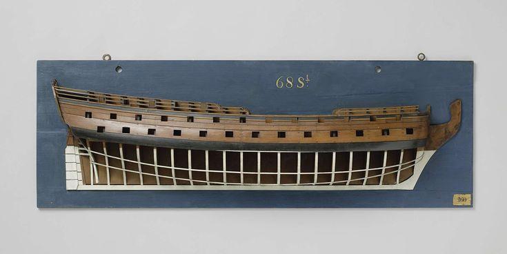 Anonymous | Halfmodel van een linieschip van 68 stukken, Anonymous, 1730 - 1770 | Mallenmodel (stuurboord) van een driemaster met enige versiering, in slechte staat. Eén en dertig geschutpoorten verdeeld over drie dekken; de huid van de twee geschutdekken is gesloten, het dek van de bovencampagne is gesloten; op het niveau van het onderdek zit een horizontale mal. Het achterschip heeft een gewrongen spiegel, waarin het rantsoenhout is aangegeven. Hol wulf, hek van twee verdiepingen met…