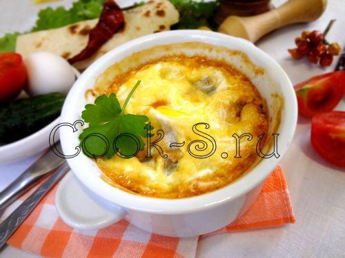 яйца по-мексикански -Ингредиенты для приготовления яиц по-мексикански: помидоры свежие – 3-4 шт. фасоль красная – 150 г сладкий перец – 1-2 шт. репчатый лук – 1 шт. чеснок – 2 зубка яйцо куриное – 2-3 шт. (по количеству форм) сыр твердый – 50 г зира – 0,5 ч.л. кориандр – 0,5 ч.л. паприка – 0,5 ч.л. перец красный молотый или свежий перец чили – 0,5 ч.л./1 шт. растительное масло, зелень свежая соль, перец черный молотый – по вкусу