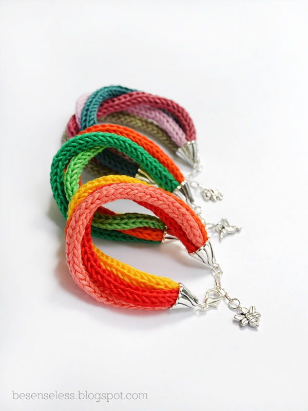 Pulseiras em lã feitas c/ o tricotin  -Raggi di colore - pulsera con tricotín