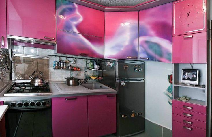 Розовая кухня из акрила 5,5 кв. метров с фотопечатью