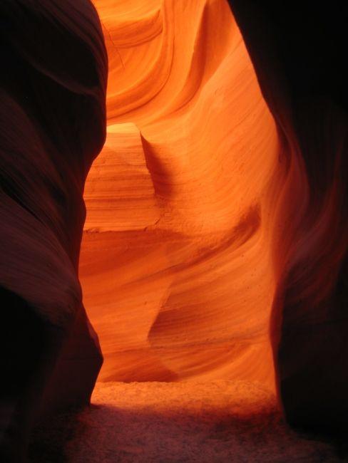 Antelope-canyon // Les paysages qu'on trouve au fond de ce canyon resterons dans votre mémoire toute votre vie. Le Canyon est très étroit, la visite se déroule à travers un chemin étroit au fond du canyon les pieds dans le sable en frôlant les roches rouges.