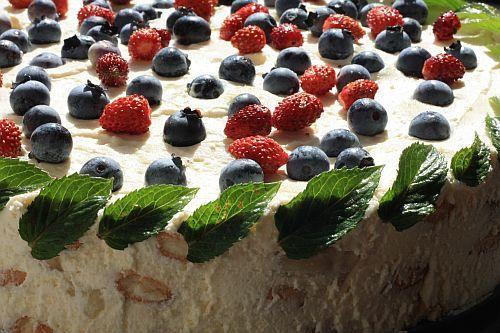 Tvarohovo-smetanový dort s ovocem a mátovými lístky